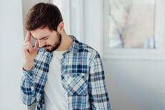 Deprimierter junger Mann, der hoffnungslos sich fühlt Lizenzfreie Stockbilder