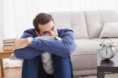 Deprimierter junger Mann, der Kamera betrachtet Lizenzfreie Stockbilder