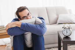 Deprimierter junger Mann, der Kamera betrachtet Lizenzfreies Stockfoto