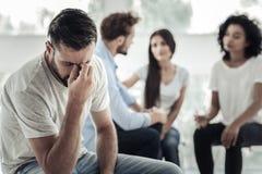 Deprimierter junger Mann, der an sein Leben denkt Lizenzfreies Stockbild