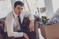 Deprimierter junger Mann, der zu Hause sitzt Lizenzfreie Stockbilder