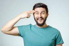 Deprimierter junger Mann, der zu seinem Kopf schießt Lizenzfreie Stockfotografie
