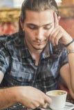 Deprimierter junger Mann in einer Kaffeestube Lizenzfreie Stockfotografie
