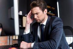 Deprimierter junger Mann hat Kopfschmerzen Lizenzfreie Stockfotografie