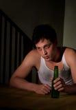 Deprimierter junger Mann mit Bierflasche Lizenzfreie Stockfotografie