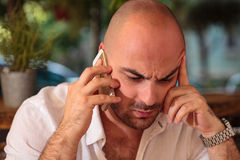 Deprimierter junger Mann am Telefon Lizenzfreie Stockbilder