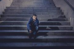 Deprimierter junger Mann verlor Job in der Krise und die Verzweiflung, die auf Boden Straßenbetontreppe sitzt Lizenzfreies Stockbild