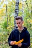 Deprimierter Kerl, der in Park geht Stockbilder