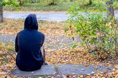 Deprimierter Kerl, der in Park geht Lizenzfreie Stockbilder