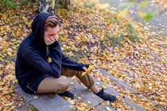 Deprimierter Kerl, der in Park geht Lizenzfreies Stockbild