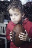 Deprimierter kleiner Junge Lizenzfreie Stockfotografie