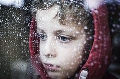 Deprimierter kleiner Junge Stockfotografie