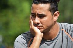 Deprimierter kolumbianischer erwachsener Mannesathlet stockfoto