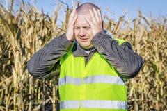 Deprimierter Landwirt an im Freien auf kaltem Maisfeld Stockbild