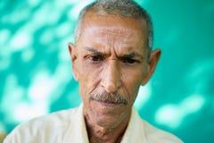 Deprimierter Latino-alter Mann mit traurigem besorgtem Gesichts-Ausdruck Stockbild