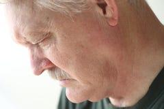 Deprimierter älterer Mann, der unten schaut Lizenzfreie Stockbilder