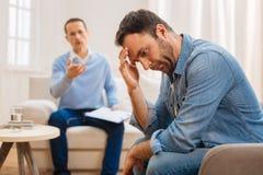 Deprimierter männlicher Patient, der sein Leben nachprüft Stockfotos