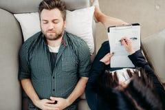 Deprimierter männlicher Patient, Psychotherapeutaufnahme Stockbilder