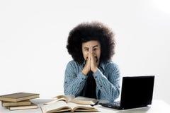 Deprimierter männlicher Student mit Laptop und Büchern Stockbilder