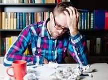 Deprimierter müder Mann, der seinen Kopf hält Stockbilder