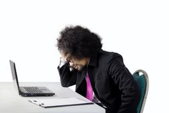 Deprimierter Manager mit Laptop auf Studio Stockbilder