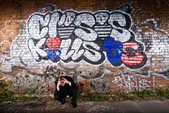 Deprimierter Manager unter einer Graffiti Kriteriumbezogenen Anweisung Stockfotos