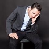 Deprimierter Mann auf einem Stuhl Lizenzfreie Stockfotos