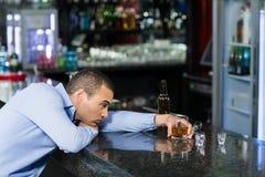Deprimierter Mann, der Alkohol hat Stockbilder