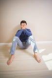 Deprimierter Mann, der auf Boden sitzt Lizenzfreies Stockfoto