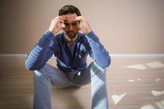 Deprimierter Mann, der auf Boden sitzt Lizenzfreies Stockbild