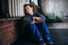 Deprimierter Mann, der auf dem Boden, psychischer Patient sitzt Lizenzfreie Stockbilder