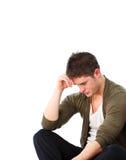 Deprimierter Mann, der auf dem Fußboden sitzt Lizenzfreie Stockbilder