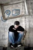 Deprimierter Mann, der auf einem Stuhl sitzt Lizenzfreie Stockfotografie