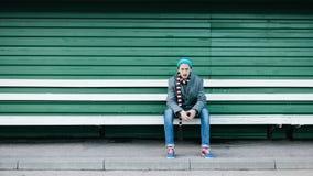 Deprimierter Mann, der auf einer Bank sitzt Lizenzfreie Stockfotos