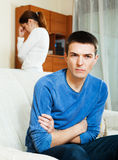 Deprimierter Mann, der auf Frau hört Stockfotografie