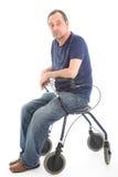 Deprimierter Mann, der auf medizinischem Wanderer sitzt Lizenzfreie Stockfotos