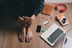 Deprimierter Mann, der auf rustikalem hölzernem sitzt Lizenzfreie Stockbilder