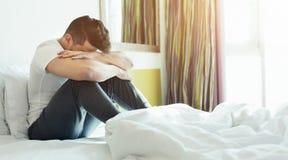 Deprimierter Mann, der auf seinem Bett sitzt Lizenzfreies Stockbild