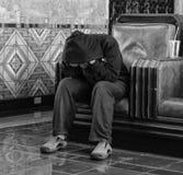 Deprimierter Mann an der Bahnstation Lizenzfreies Stockfoto