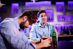 Deprimierter Mann, der Bier am Barzähler isst Lizenzfreie Stockfotografie