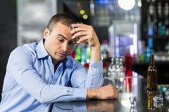 Deprimierter Mann, der einen Whisky isst Lizenzfreies Stockfoto