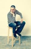 Deprimierter Mann, der Frustration, Langeweile und Enttäuschung ausdrückt Stockfoto