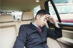 Deprimierter Mann, der innerhalb des Autos am Stau sitzt Lizenzfreie Stockbilder