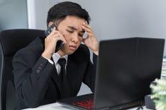 Deprimierter Mann in der Klage sprechend auf Smartphone Lizenzfreies Stockfoto