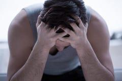 Deprimierter Mann, der Kopf hält Stockbilder