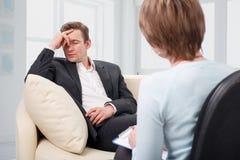 Deprimierter Mann, der mit Psychologen spricht Lizenzfreie Stockfotografie