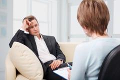 Deprimierter Mann, der mit Psychologen spricht Lizenzfreie Stockbilder