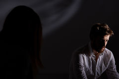 Deprimierter Mann, der nach Scheidung leidet Stockbild