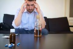 Deprimierter Mann, der Pillen einnimmt Stockfotos