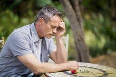Deprimierter Mann, der seine Stirn berührt Lizenzfreies Stockbild